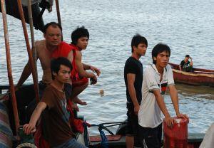 Största delen av dem som jobbar på fiskefartygen är gästarbetare från det fattiga inlandet. Deras löner är låga medan de som äger trålarna kan göra stora pengar. Många fiskebåtar är så små att de måste hålla sig nära kusten.