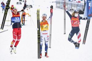 Linn Svahn jublar mellan två hoppande medtävlare.