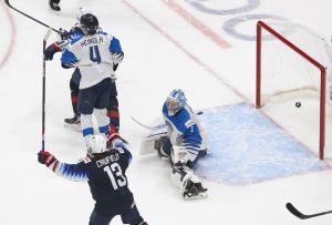 Cole Caufield lyfter armarna i luften efter att pucken gått in i Kari Piiroinens mål.