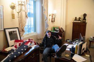 Demonstrant sitter i Nancy Pelosis kontor.