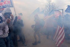 Demonstranter i ett hav av rök.