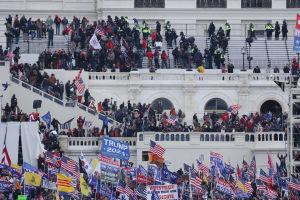 Demonstranter i kongressbyggnadens trappor.