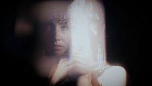 Elsa Tölli sumeassa lähikuvassa helmipäähine päässä