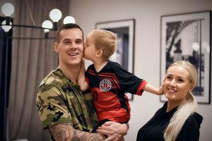 Nico, Sara och sonen Dominic Rönnberg är glada.