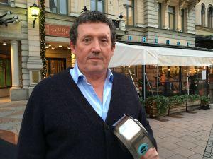 PG Nilsson håller upp en kastrull utanför restaurang Sturehofs uteservering.