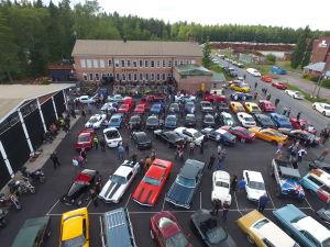 Stor bilsamling framför Verstas i Nakkila