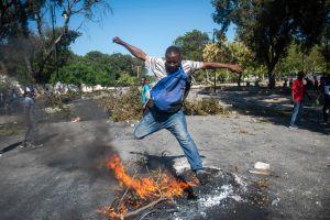 På gatorna i Port-au-Prince byggde demonstranterna barrikader och tände eldar under helgen.