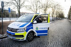 Polis stiger ut ur polisbil på gata i Malmö.