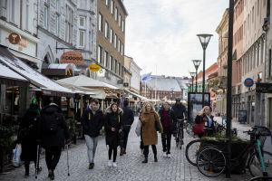 Stadsbild på människor på gågata i Malmö.