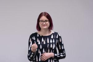 Elin Westerlund talar finlandssvenskt teckenspråk
