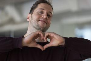 Pontus Linder gör ett hjärta med händerna.
