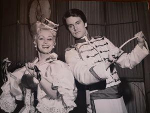 Hilkka Kinnunen ja Tapani Kansa Iloinen leski -operetin rooliasuissa vuonna 1975.
