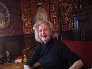 Teatterineuvos Hilkka Kinnunen nauravaisena työpöytänsä ääressä keväällä 2021, 96-vuotiaana.