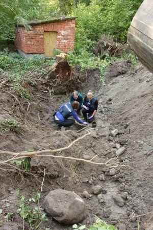 Kaksi poliisi tutkimassa maastoa.