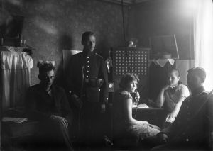 Poliisi valvoo puheluita Nivalan puhelinkeskuksessa 1932.