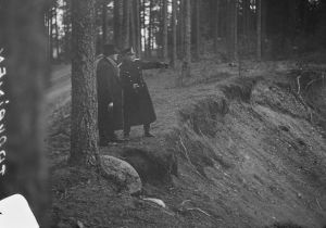 Rikostutkija ja poliisi selvittämässä kahden vankikarkurin tekemää murhaa Siuntiossa 1934.