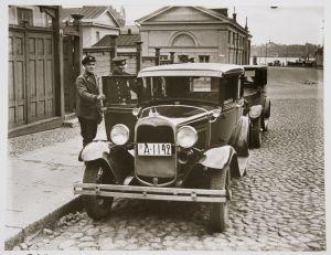 Poliisi tarkastaa taksia kieltolain lopulla 1931.