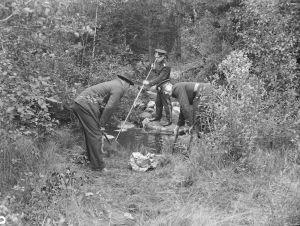 Poliisi tutkimassa Tattarisuolla 1930.