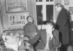 Rikostutkijat selvittämässä henkirikosta 1934.