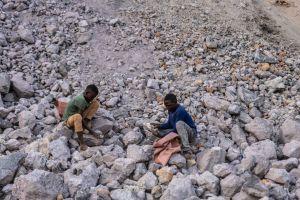 DieuDonné och Nicolas sitter bland stenar och letar efter kobolt.