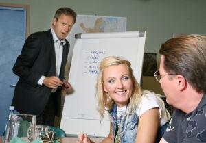 Ihmisten puolueen kokous käynnissä vuonna 2009. Vasemmalla puheenjohtaja Tapani Riihimäki (Taneli Mäkelä), etualalla jäsenet Päivi Teittinen (Mari Perankoski) ja Topi-Petteri Saikkonen (Kari Hietalahti).