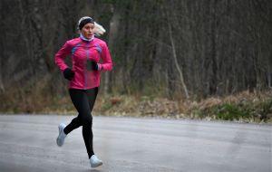 Laura Salminen löptränar på landsväg.