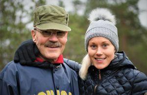 Veikko och Laura Salminen poserar för kameran ute i naturen.