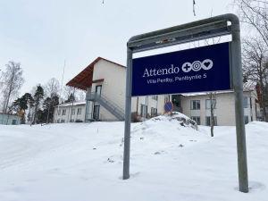 En skylt framför en större byggnad där det står Attendo Villa Pentby.