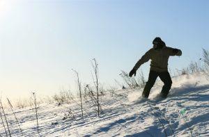 Anton Lindfors snösurfar på Nordsjötoppen.