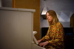 Kvinna vid piano.