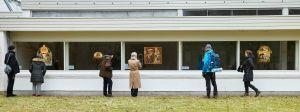 Besökare utanför Museum Jorn i Silkeborg.  En utställning som kan beskådas utifrån. 6.3.2021