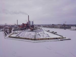 Hanasaari, Hanasaaren voimalaitos, taustalla Helsingin kaupunkia