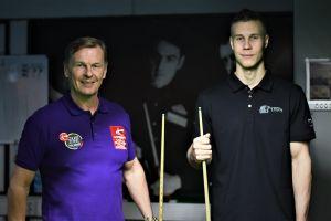 Aki Kauppinen och Heikki Niva i en snookersal.