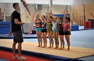 Heikki Niva och hans flickgrupp i gymnastik.