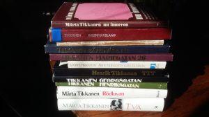 Hög med böcker av Märta och Henrik Tikkanen.