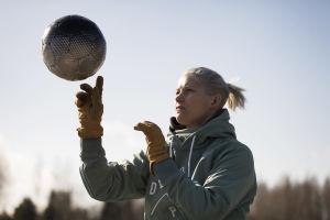 Heidi Foxell leker med en fotboll.