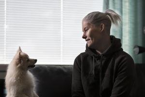 Heidi Foxell skrattar åt hunden Nox.