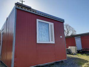 Fönsterförsedda containrar på gården vid Rullarsböle gård väntar på sommarjobbare från Ukraina.