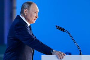 Vladimir Putin vid en talarstol.