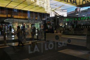 Toimittaja Jaana Semeri menossa lasiovien takana Helsingin keskustan Stockmannin tavarataloon.