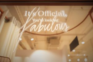 Sovituskopin peilissä tarra, jossa lukee It's official, you're looking fabulous