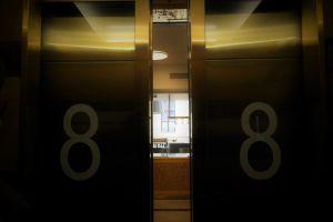 Stockmannin hississä, hissin ovet avautuvat 8. kerroksen ruokamaailmaan