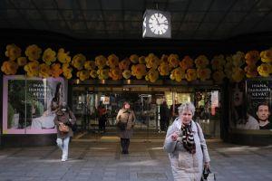 Toimittaja Jaana Semeri seisoo Stockmannin tavaratalon edessä Helsingin keskustassa.