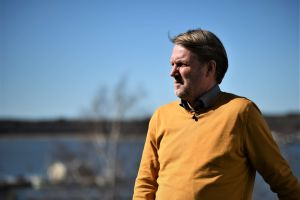 Peter Haglund blickar ut mot havet.