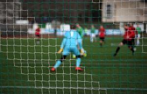 Fotbollsmatch pågår på Centrumplan i Ekenäs.