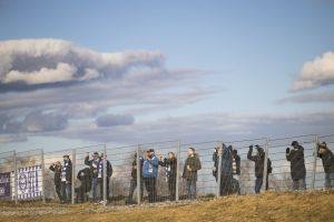 HJK-anhängare bakom ett stängsel.