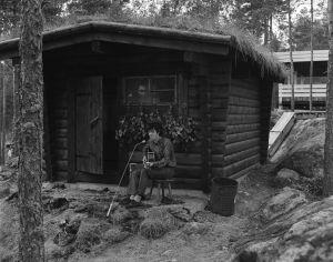 Folklaulaja Donovan Ohimennen-ohjelman kuvauksissa Paimion motellin savusaunan edustalla. Motelli kuvassa taka-alalla.
