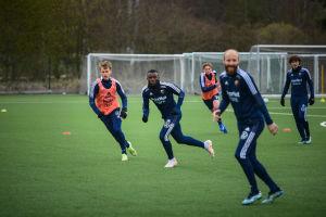 Rasmus Schüller på fotbollsträning med andra spelare.