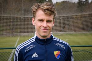 Porträtt på Rasmus Schüller, närbild i fotbollsplansmiljö.