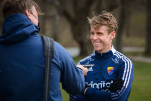 Rasmus Schüller i intervjusituation vid fotbollsplanen.